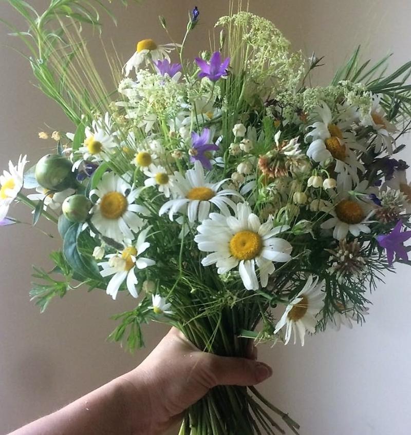 kytice z lučních květin, konvalinek a bílých pivoněk