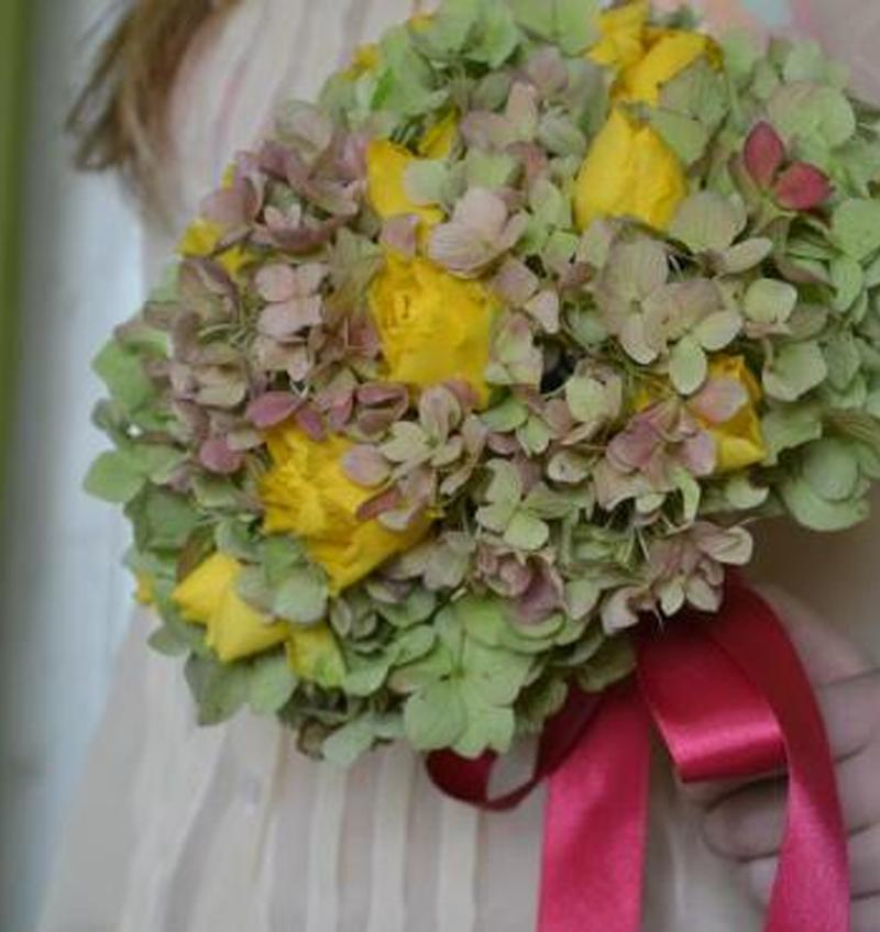 svatební kytice z hortenzií a žlutých růží