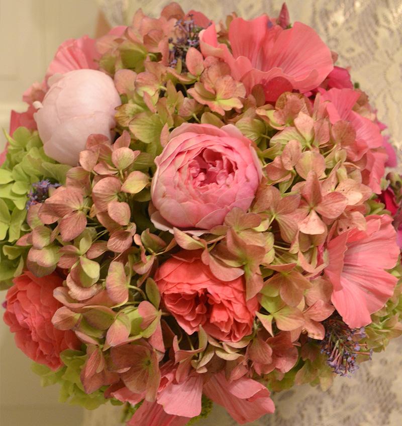 svatební kytice podzimní z hortenzií a růží pomponek