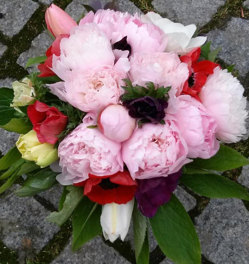 Dechberoucí kytice z pivoněk a anemonek