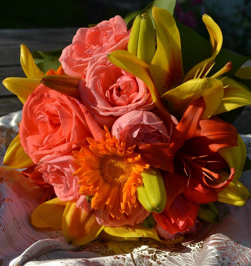 svatební kytice pro ohnivé nevěsty lososové růže, calendula