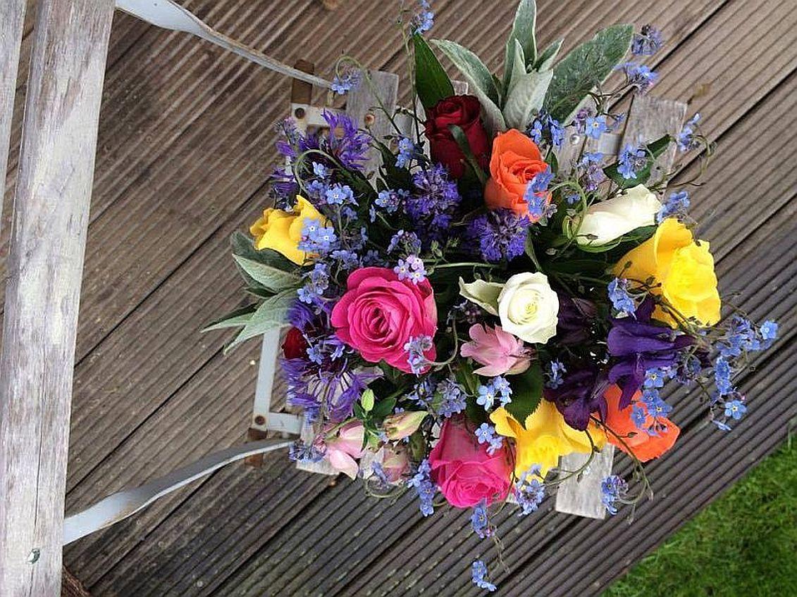 veselá kytice z růžiček a pomněnek a orlíčku