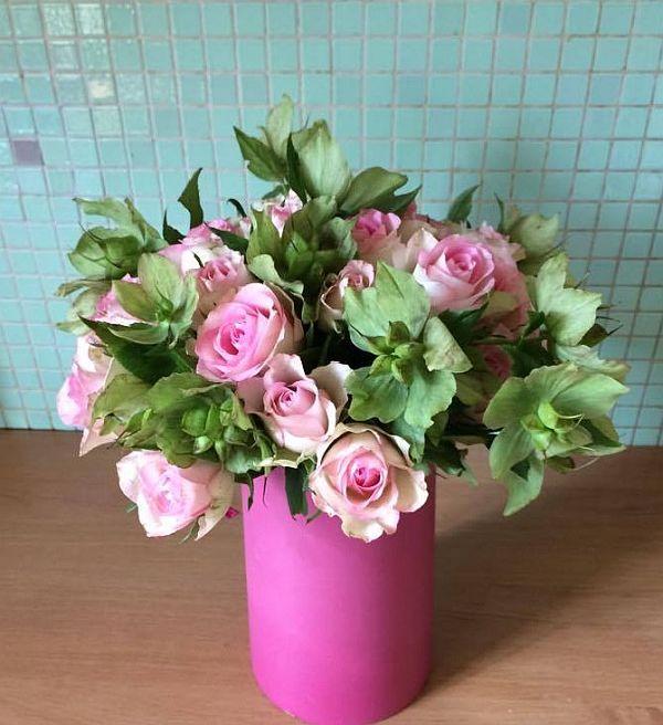 Kulatá kytice z růžiček a čemeřice