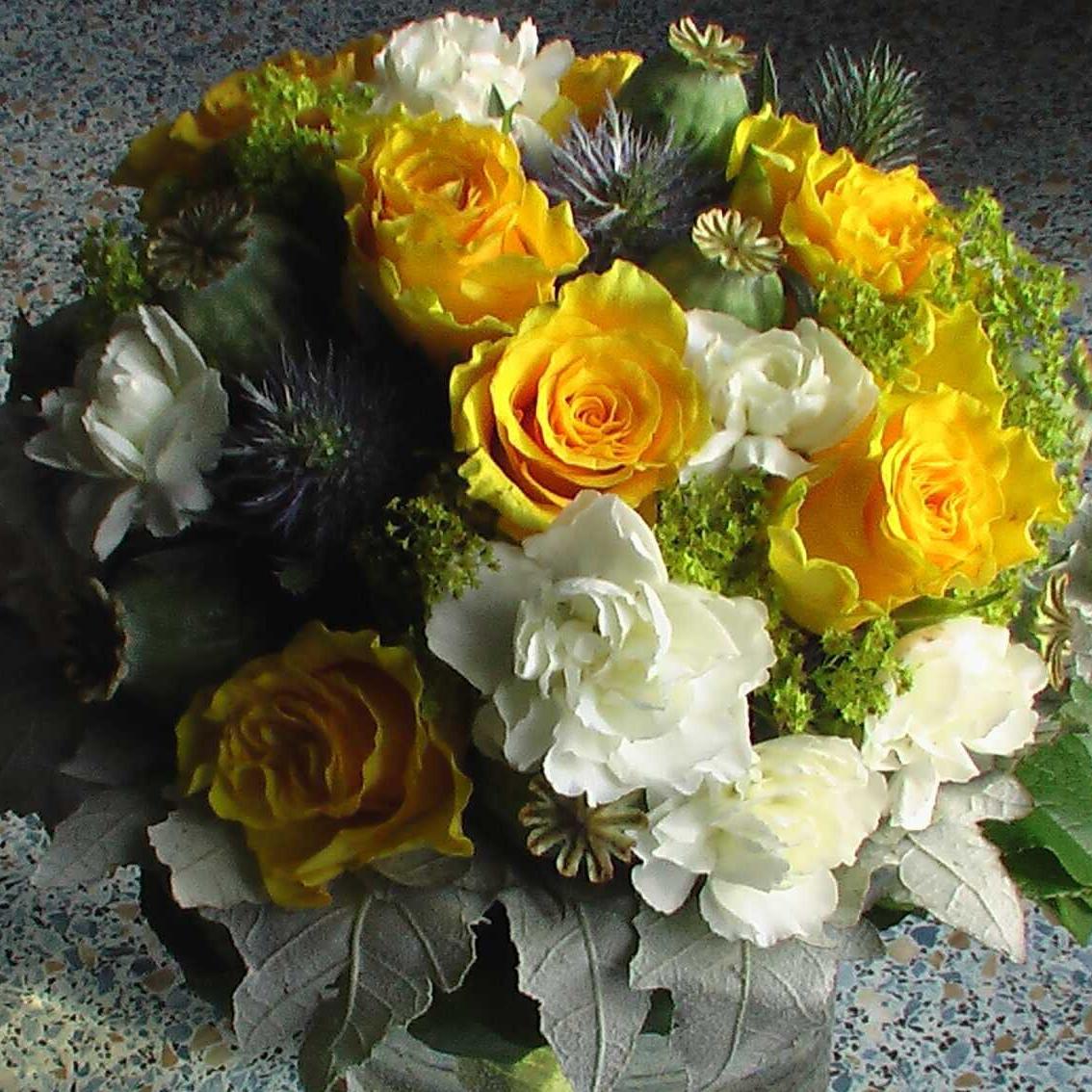 svatební kytice ze žlutých a bílých růží, alchemilly
