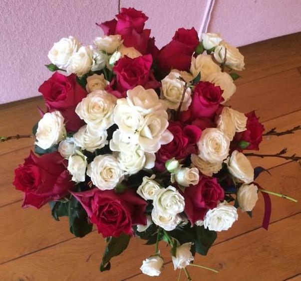 Kulatá kytice z prémiových růží a bílých trsových růžiček