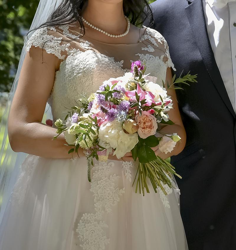 kytice z anglických růží, pivoněk a lučních kytek